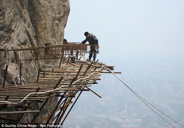 Tianmen-Mountain-installing-planks
